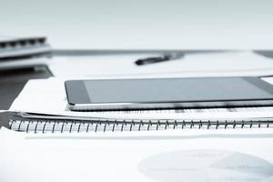 mesa de escritório e tablet foto