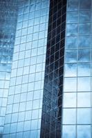 edifício de escritórios highrise com vidro e aço em tonalidade azul foto