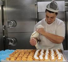 chef de pastelaria no trabalho
