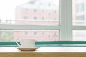 xícara de café na área de trabalho do escritório foto