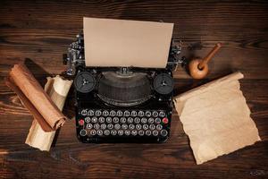 velha máquina de escrever na mesa de madeira foto