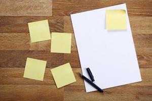 folha de papel em branco na mesa de escritório de madeira. foto