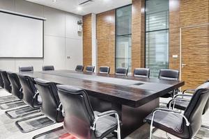 interior da sala de reuniões do escritório moderno foto