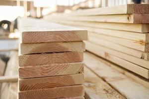 madeira empilhada em um canteiro de obras foto