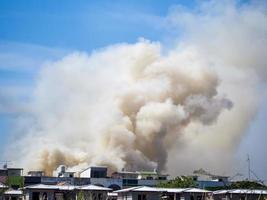 casa em chamas causa uma grande pilha de fumaça foto
