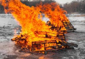 dois incêndios de paletes foto