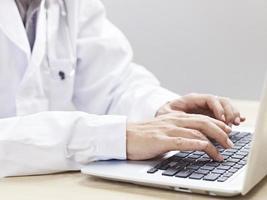 médico usando laptop