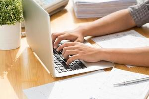 digitando no laptop foto