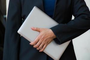 laptop de exploração de mulher de negócios