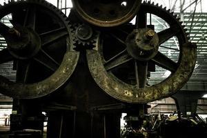 grande salão industrial com rodas dentadas foto