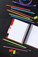 mesa de escritório com suprimentos e bloco de notas