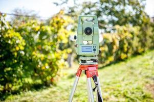 equipamento de engenharia topógrafo com teodolito e estação total foto