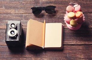 bloco de notas em uma mesa de madeira foto