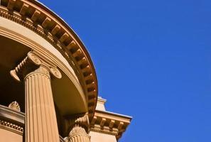 colunas com capitólio rolados foto