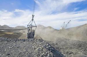 dragline e balde de mineração foto