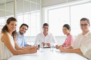 empresários confiantes na mesa de conferência foto