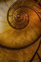 vista para cima de uma escada em espiral foto