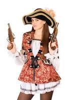 mulher atraente com armas vestidas de piratas