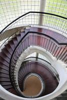 vista de cima de uma escada em espiral