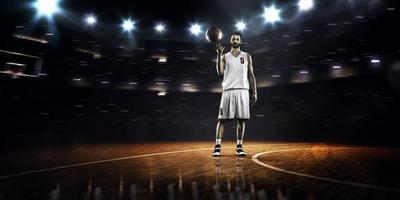 jogador de basquete está girando a bola ao redor do dedo foto