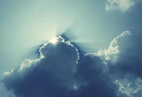 nuvem no céu azul foto