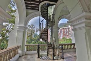escadas da entrada principal do salão da universidade foto