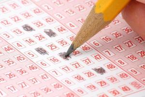 lápis e bilhete de loteria foto