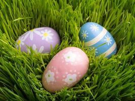 ovos de páscoa na grama foto