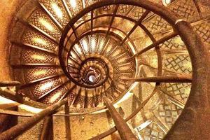 dentro de uma escada em espiral