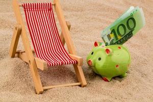 cadeira de praia com nota de euro foto