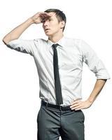 jovem empresário segurando a mão na testa e olhando para a frente. foto