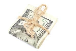 rolo de notas de dólar em fundo branco. foto
