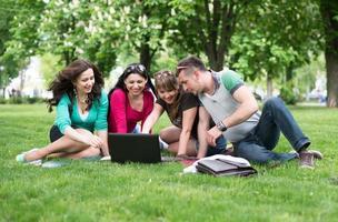quatro estudantes universitários comparando suas anotações foto