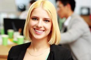 jovem empresária feliz no escritório foto