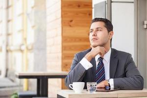 trabalhador masculino bonito está descansando no café foto