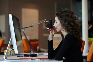 mulher de negócios com computador foto