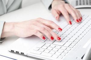 empresária trabalhando no laptop. foto