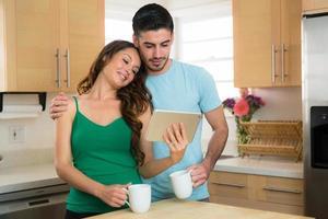 jovem casal atraente apaixonado olha fotos de família