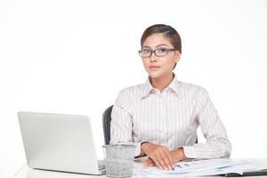 mulher de negócios jovem usar óculos isolados no branco foto