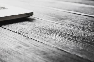 laptop na mesa de madeira moderna foto