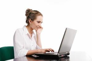 mulher que trabalha com computador foto