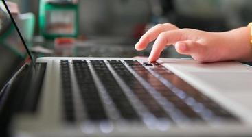 mãozinha e teclado notebook