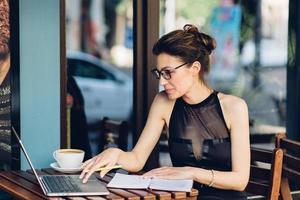 mulher de negócios atraente trabalhando no seu laptop foto