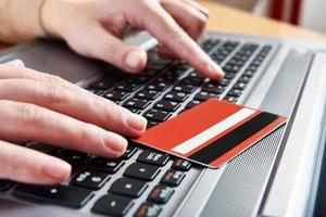 mão de uma mulher com cartão de crédito foto