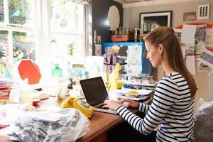 mulher no laptop executando negócios do escritório em casa foto