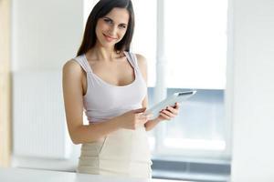 computador tablet. mulher de negócios com computador tablet digital foto