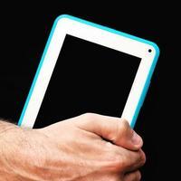 mãos com computador tablet foto