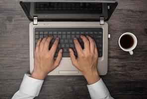 computadores e café e telefone foto
