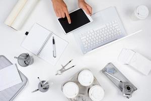mulher tablet computador branco mesa foto