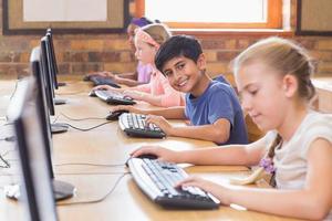 alunos bonitos na aula de informática